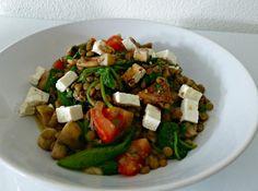 Linzen salade met tomaat, feta, champignons en spinazie