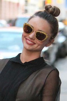El 'top knot' uno de los peinados de la temporada :-) Miranda Kerr, Round Sunglasses, Sunglasses Women, Glamour, My Style, Hair Styles, Tutti Frutti, Beauty, Fashion
