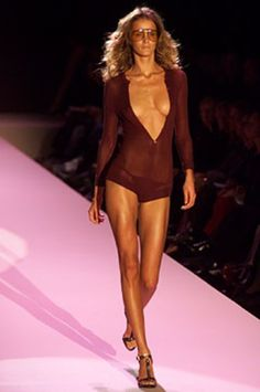 See the complete Gucci Spring 2002 Ready-to-Wear collection.