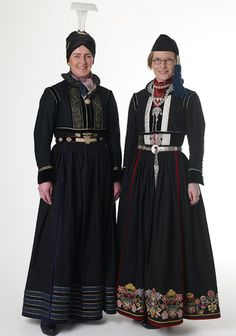 National costume of Iceland. Shoes of fish-skin, high curved headpieces, ruffs and floral ornaments - Nationalclothing.org