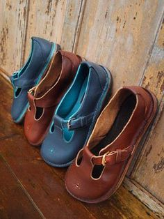 The website of Ruth Emily Davey, Award winning Shoemaker based in Wales. Handcrafted Shoes designed to last, feet shaped Shoes Shandals and Boots. Sock Shoes, Cute Shoes, Me Too Shoes, Shoe Boots, Shoe Bag, Estilo Hippie, Shoe Gallery, Comfy Shoes, Leather Shoes