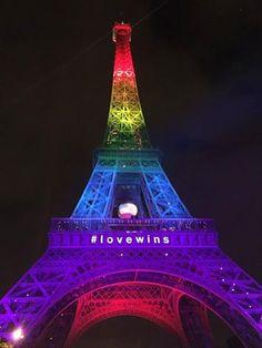 La Tour Eiffel était illuminée aux couleurs du drapeau arc-en-ciel, symbole de la communauté LGBT, en hommage aux victimes de la fusillade dans un club gay d'Orlando (Floride) qui a fait au moins 50 morts (dont l'assaillant) et 53 blessés.