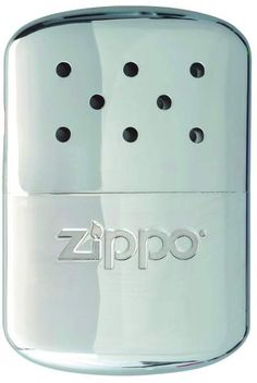 Zippo Hand Warmer High Polish Chrome er den perfekte løsning til jægeren, fiskeren, klatreren eller outdoormennesket generelt.   Med den højpolerede krom zippo håndvarmer, hvis størrelse passer perfekt til en lomme, kan hænderne holdes varme i op til 12 timer.   Zippo Håndvarmeren er næsten
