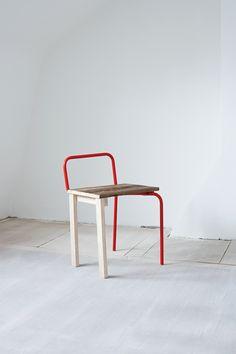 Mezcla y contraste de materiales, tubos de metal en colores vivos junto a madera maciza de fresno, mucha asimetría y un toque ligeramente desequilibrado. Las sillas V&A Chairs de Tomás Alonso lo tienen todo para gustarme y mucho.              Tomás Alonso   …