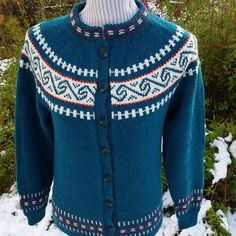 Nordlandskofte med variasjoner - Strikkegarn og strikkeoppskrifter - TO DAMER Knitting, Sweaters, Crafts, Design, Fashion, Moda, Manualidades, Tricot, Fashion Styles