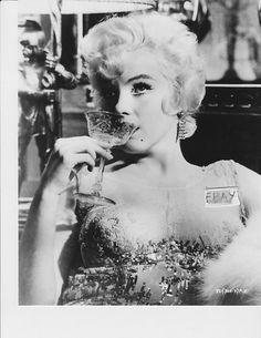 "1958 / Marilyn et Tony CURTIS dans une des scènes du film ""Some like it hot"". Tony Curtis, Gentlemen Prefer Blondes, Richard Avedon, Brigitte Bardot, Emilio Pucci, Classic Hollywood, Old Hollywood, Hollywood Icons, Pin Up"