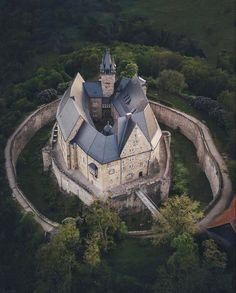Old Abandoned Houses, Abandoned Castles, Abandoned Places, Beautiful Castles, Beautiful Buildings, Beautiful Places, Unique Buildings, Castle Gate, Castle House