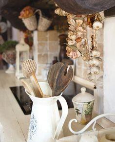 w kuchni urządzonej w rustykalnym stylu nie może zabraknąć ozdób z czosnku