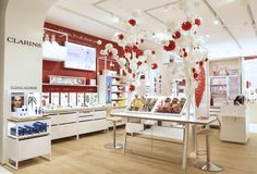 Open-Spa Clarins | Coeur géant en papier + arbre à make-up habillé de fleurs en papier : décors réalisés par l'agence Manymany