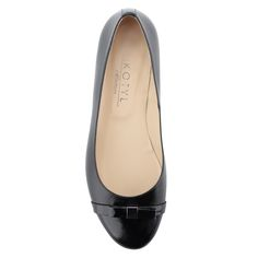 Lapos, elegáns fekete női bőr cipő | ChiX.hu cipő webáruház Elegáns lapos női cipő bőr felsőrésszel és bőr béléssel. Orra lakk, elejét masni díszíti. Márka: Kotyl Szín: Fekete Modellszám: 3417 CZ TOS CZ LAK