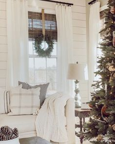 20 Sіmрlе Fаrmhоuѕе Wіndоw Treatments 20 Sіmрlе Fаrmhоuѕе Wіndоw Treatments Farmhouse style decorating is increasing in popularity and it's simple to see why. Remember farmhouse is all about keeping it simple! Farmhouse Window Treatments, Window Treatments Living Room, Living Room Windows, Home Living Room, Living Room Decor, Sunroom Windows, Diy Farmhouse Table, Farmhouse Windows, Farmhouse Style Decorating