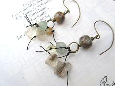 Des boucles d'oreille nature avec pierres par annemarietollet