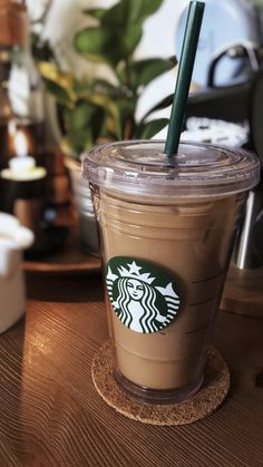 Image in Food And Drinks collection by lyls on We Heart It Café Starbucks, Bebidas Do Starbucks, Secret Starbucks Drinks, Starbucks Merchandise, Iced Coffee, Coffee Drinks, Coffee Cups, Coffee Enema, Coffee Maker