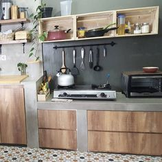 There's something about a bohemian inside that feels completely loose. With more identity than a nation kitchen however a hotter welcome than a contemporary plan, a boho kitchen can be the ideal decision for the core of your home. Bohemian Kitchen, Rustic Kitchen, Kitchen Decor, Kitchen Design, Kitchen Ideas, Pallet Crates, Pallets, Dressing Room Design, Making Space