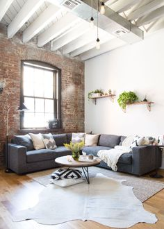 With that crisp chill in the air comes pumpkin spiced lattes, apple picking, and cashmere. It's fall, and Homepolish designer, Ariel Feldman tells you just how to get the home ready for the season....