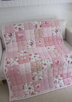 Handmade patchwork quilt with appliqued Hearts xBilderesultater for pris liten quiltThe quilting if the patchwork into fourthsI keep looking at very intricate designs but maybe this would be more reasonable for my first quilt.Love simplicity of this quilt Quilt Baby, Cot Bed Quilt, Baby Patchwork Quilt, Patchwork Quilt Patterns, Pink Quilts, Baby Girl Quilts, Girls Quilts, Quilt Bedding, Quilts For Babies