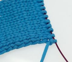 Clean edges with a warp edge variation Simply creative – Socken Stricken Knitting Stitches, Knitting Needles, Hand Knitting, Knitting Scarves, Bag Crochet, Stitch Pictures, Quilted Bedspreads, Edge Stitch, Drops Design