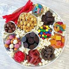 Movie Night Snack Board von The BakerMama . - Movie Night Snack Board von The BakerMama Movie Night Sn - Movie Night Snacks, Movie Nights, Girls Night Snacks, Girls Night Appetizers, Game Night Food, Movie Times, Movie Night Party, Party Food Platters, Cheese Party Trays