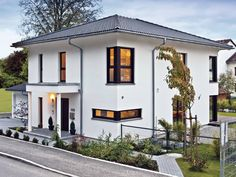 Haus CityLife 200 • Stadtvilla von WeberHaus • Elegantes Stadthaus mit Walmdach, dunklen Fensterrahmen und zahlreichen Eckverglasungen • Jetzt bei Musterhaus.net informieren!