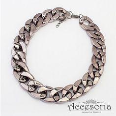 Colier statement, rock-style, la baza gatului, disponibil in nuante de auriu si negru. www.accesoria-store.ro