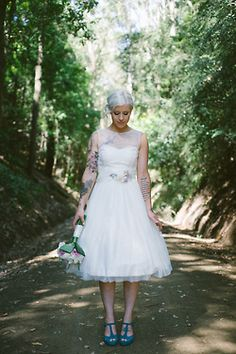~Helemaal mijn smaak: korte trouwjurk via Brayola.com-let op de mooie tatoeages~