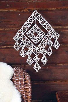 Upean seinähimmelin ohje on yksinkertainen. Se löytyy kokonaisuudessaan kohdasta 5. Straw Art, Diy Straw, Scandinavian Christmas, Christmas Crafts, Christmas Ideas, Straw Decorations, Handmade Ornaments, Diy And Crafts, Hand Crafts