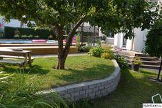trädgård,mur,altan Bonneville, Sloped Garden, Beautiful Gardens, Outdoor Spaces, Outdoor Gardens, Garden Design, Sidewalk, Home And Garden, Backyard