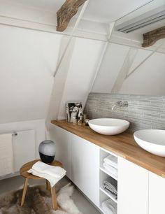 dachwohnung mit einer badewanne - weiße wand