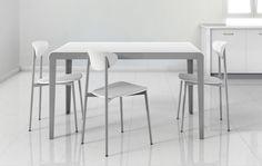Mesa Rizzo, encimera de cristal hielo mate. Sillas Comet, asiento y respaldo blanco +info www.carlosgarrigues.com