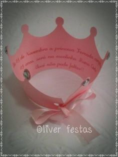 CONVITE TOTALMENTE DIFERENCIADO EM FORMATO DE COROA COM STRASS NAS PONTAS E FECHADO COM FITA DE CETIM, O TEXTO DO CONVITE VAI DENTRO DA COROA SIMPLES E CHIQUE.  PEDIDO MINÍMO 25 UNIDADES, CONSULTE AGENDA. Disney Princess Invitations, Disney Princess Party, Baby Shower Princess, Princess Birthday, Pink Birthday, 6th Birthday Parties, Baby Shower Baskets, Ballerina Party, Unique Invitations
