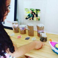 Hoje foi dia da Isabela fazer a nossa família em rolo de papel higiênico.   Algo tão simples que ela adora... adora fazer e adora depois ficar brincando com esses bonecos.   Da esquerda para a direita:  Isabela a irmãzinha Elisa que vai chegar em breve o papai a mamãe e o nosso gato. Ela recortou colou desenhou fez tudo adorei nossa família   #gratidão #semanadagratidão #atividadesinfantis #kidscrafts #kidsactivities #dicademãe #filhos #maternidade #familia #compartilhandoideias #craftkids…