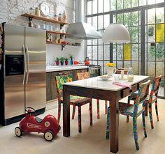 As cadeiras de madeira forradas com chita resinada põem uma pitada de cor na cozinha