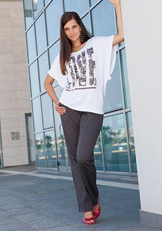 """Heiße Liebe:  Toll weit geschnitten ist das Shirt mit dem großen Silberfoliendruck """"LOVE"""". Herrlich die luftigen Fledermausärmel, super der weite U-Bootausschnitt. Chic dazu die graue Chino-Hose. Der Hit: rote Peeptoes machen Beine und bringen Farbe."""
