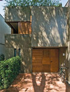 Quem vê a sombra na fachada não imagina a claridade que permeia os ambientes desta casa. Um pátio e duas claraboias resolveram a questão da luminosidade, enquanto a planta bem distribuída venceu as…