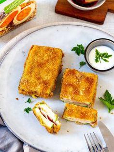 Dieses köstliche Cordon Bleu ist einfach und schnell zubereitet: Zucchini Cordon Bleu mit knusprigen Vollkorn Bröseln von LAND-LEBEN und Joghurt Schnittlauch Dip. Das gesamte Zucchini Rezept finden Sie auf der Webseite von LAND-LEBEN, Gleich selbst probieren. Zucchini Cordon Bleu, Cornbread, Dip, French Toast, Breakfast, Ethnic Recipes, Food, Yogurt, Ham And Cheese