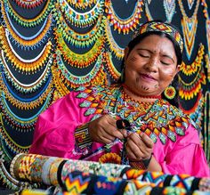 Necklaces are crucial in the Embera-Chami culture, and they are worn since childhood. Beaded Jewelry Designs, Handmade Beaded Jewelry, Seed Bead Jewelry, Peyote Beading Patterns, Loom Beading, Ropa Upcycling, Huichol Art, Native American Patterns, Beaded Crafts