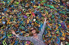 Julie Church, která se angažuje v ochraně přírody a založila firmu na zpracování odpadu vyplaveného z moře,  na hromadě odřezků starých použitých pantoflí a žabek vyplavených z moře. Právě z nich v Nairobi vyrábějí barevné hračky, které vyvážejí do celého světa. Největšími zákazníky jsou většinou zoo a mořská akvária.