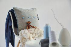 Polsterbezug aus feinem Tuchloden. Durch den österreichischem Loden ist der Kissenbezug besonders kuschelig und weich. Mit Knöpfen und Details in Dirndl-Optik. --- Upholstery cover made of fine cloth loden. The Austrian loden makes the cushion cover especially cuddly and soft. With buttons and details in dirndl look. Moderne Outfits, Merino Wool, Pillow Cases, Pillows, Cover, Design, Bags, Living Room Inspiration, Bedroom Ideas