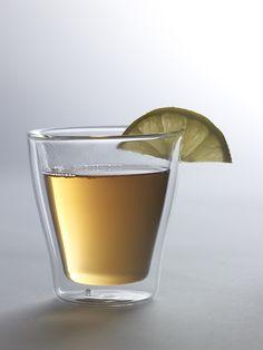 Bicchiere in borosilicato. La doppia struttura isola il liquido dall'esterno preservandone la temperatura ed evitando le scottature.Diametro 8cm x h9 cmSpedizione: 5 giorni