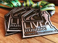 Medalha e fita personalizadas é na Invicta Premiações.