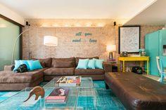 Mais uma linda sala que combina sofá cinza, parede de tijolos aparentes e toques de azul. Tudo que eu queria para minha nova sala. Só colocaria mais algumas cores aqui. Sobrado reformado com decoração descolada e moderna - Blog Encantada