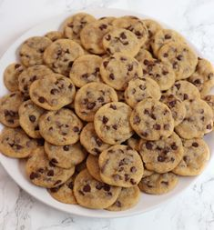 Dessert Recipes 48797 Who doesn't love warm, melted chocolate chip cookies? This simple, bite-sized chocolate chip cookie recipecalls for just 10 common ingredients, including vegan margarine and nondairy milk—so you can whip them up in a pinch. Fun Baking Recipes, Sweet Recipes, Dessert Recipes, Drink Recipes, Cookie Recipes, Dinner Recipes, Think Food, Love Food, Bite Size Food