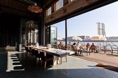 Restaurant Stork, aanzicht op het terras aan het IJ, met de deuren open