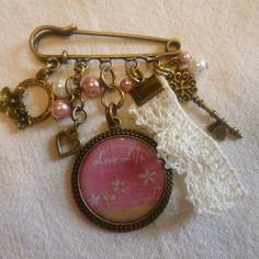 Broche cabochon en résine, dentelle, breloques couleur bronze, perles en verre cirées roses et blanches