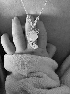 Moms love anything celebrating their children, which is why they are sure to love Mom Jewelry - Baby Feet Necklace. Engrave up to three baby feet charms. Mommy Jewelry, Baby Jewelry, Baby Schmuck, Gifts For Mom, Baby Gifts, New Baby Pictures, Picture Gifts, Love Mom, Mom Birthday