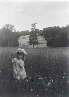 Chateau of Villiers-le-Bâcle in Essonne, France, and a daughter of the house, photographed at the end of the Century, by Eugène Biver Belle Epoque, Vintage Photographs, Vintage Images, Old Pictures, Old Photos, Monochrome, Photo Black, Black And White Pictures, Film Stills