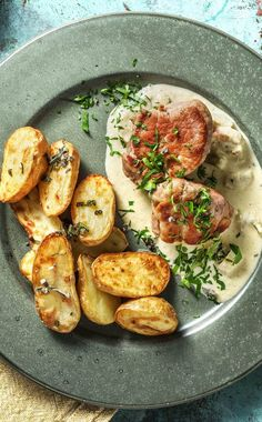 Delicate pork medallions recipe Hello Fresh - Recipe for: Tender pork medallions with rhubarb-pepper sauce & sage-potato wedges Classic / Pork / - Supper Recipes, Pork Recipes, Healthy Dinner Recipes, Cooking Box, Pork Medallions, Hello Fresh Recipes, Evening Meals, Nutritious Meals, Cooking
