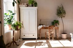 HOW TO CREATE A NATURAL HOME Neutral and natural interior decor for a warm and welcoming home, Simple natural home decor, home decor ideas in natural neutral colours, linen and plants home decor, natural home decor with green plants linen and bare wood Warm Home Decor, Hippie Home Decor, Natural Home Decor, Wabi Sabi, Hygge, Decor Interior Design, Interior Decorating, Turbulence Deco, French Table