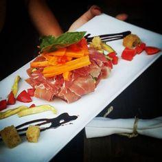 Scrigno di prosciutto crudo con tesoro di zucchine e mozzarella. #美味しい #料理 #すごい #肉 #食べ物 #食べる #レストラン #イタリアン #夏 #夏休み #ハム #gnam #design #masterchef #gourmet #love #ham #cooking #passion #l4l #instamoment #meat #楽しい #followme  #picoftheday #likeforlike #restaurant #cheese #dishes