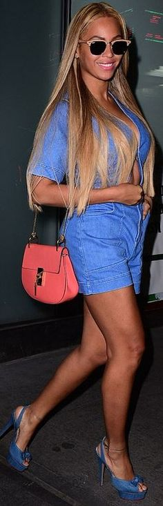 Who made  Beyonce Knowles' denim cut out romper, platform sandals, tan sunglasses, and pink handbag?